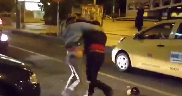哥伦比亚两出租车司机为抢顾客街头动刀