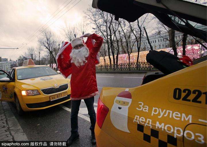 俄罗斯出租车司机变身圣诞老人 高清组图