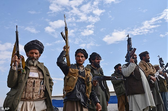 织与ISIS各斩首对方4人.这一民兵组织是阿富汗国会议员控制的,