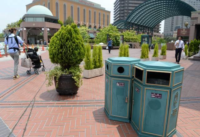 日本东京一商业区街头分类垃圾箱   在大阪一所小学当教师的张峰说,日本小学四年级的社会课会详细讲述垃圾处理及再利用的过程,具体包括:垃圾分类;公共垃圾桶的状况;不同垃圾的去处;可燃垃圾的处理流程(包括处理过程中释放热能的灵活利用,如在垃圾处理厂旁建温水游泳池);垃圾处理工艺的演变等。一般学校会在四年级时组织一次参观垃圾处理厂的活动。五年级还会继续结合资源能源利用,进一步学习垃圾减量化的意义。   除了从小加强教育、养成习惯之外,法律的规范也必不可少。日本《废弃物处理法》规定,胡乱丢弃废弃物者最高可被