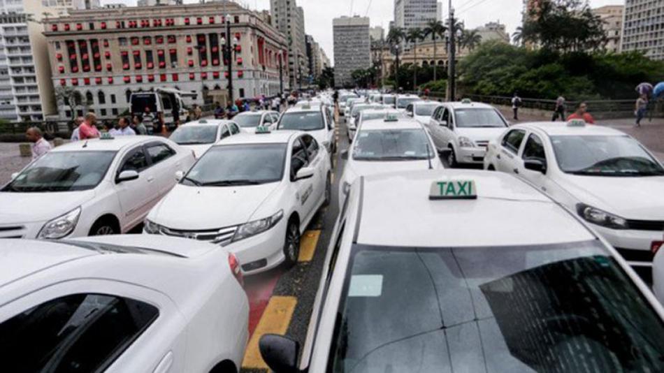 西圣保罗市数百出租车司机上街抗议Uber合法化