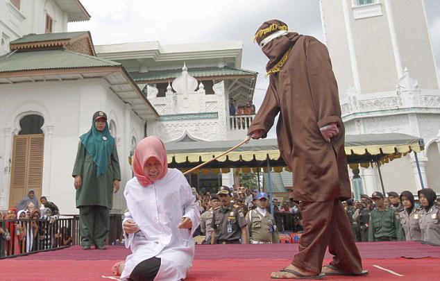 印尼女子因亲近男大学生遭当众鞭刑(组图)