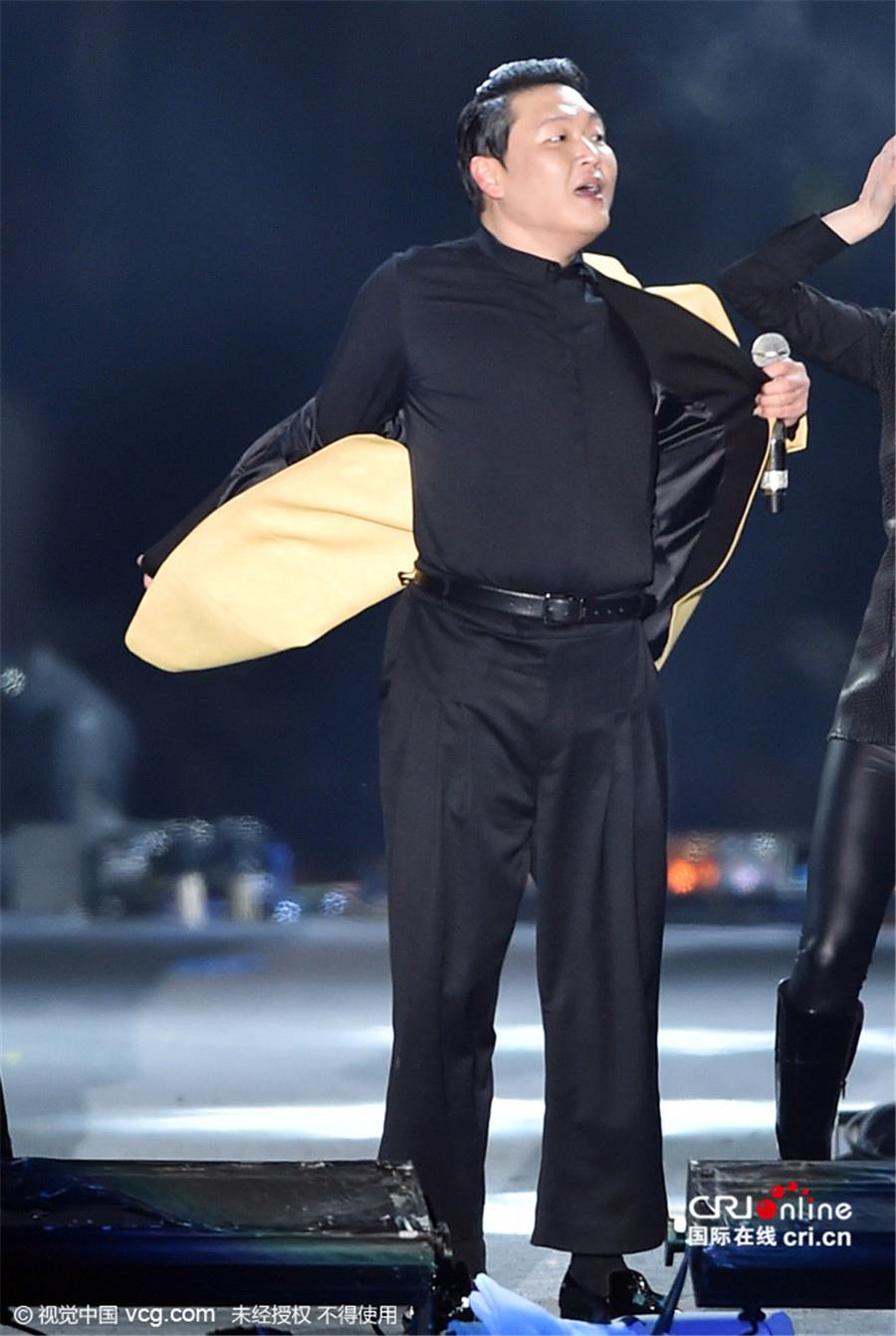 鸟叔PSY跨年夜开唱当众脱衣 带领全场粉丝大跳骑马舞