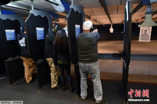 当地时间2015年12月9日,美国新泽西州Randolph,民众在RTSP射击馆买枪,练习射击。