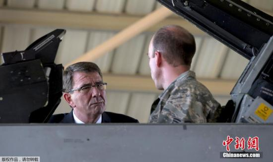 当地时间2015年7月21日,美国国防部长卡特由以色列转抵约旦,探访驻当地的美军空军基地。