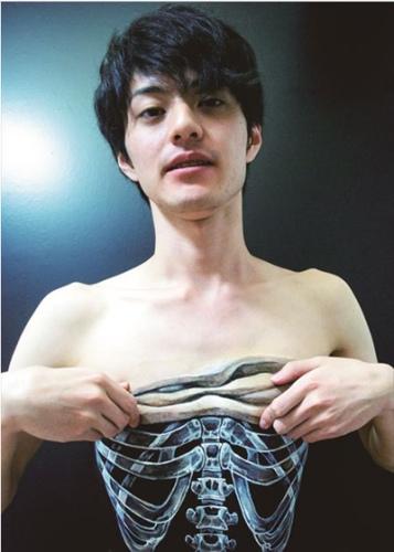 黑州人体艺术_外国艺术家用人体作画 视觉效果魔幻震撼(组图)