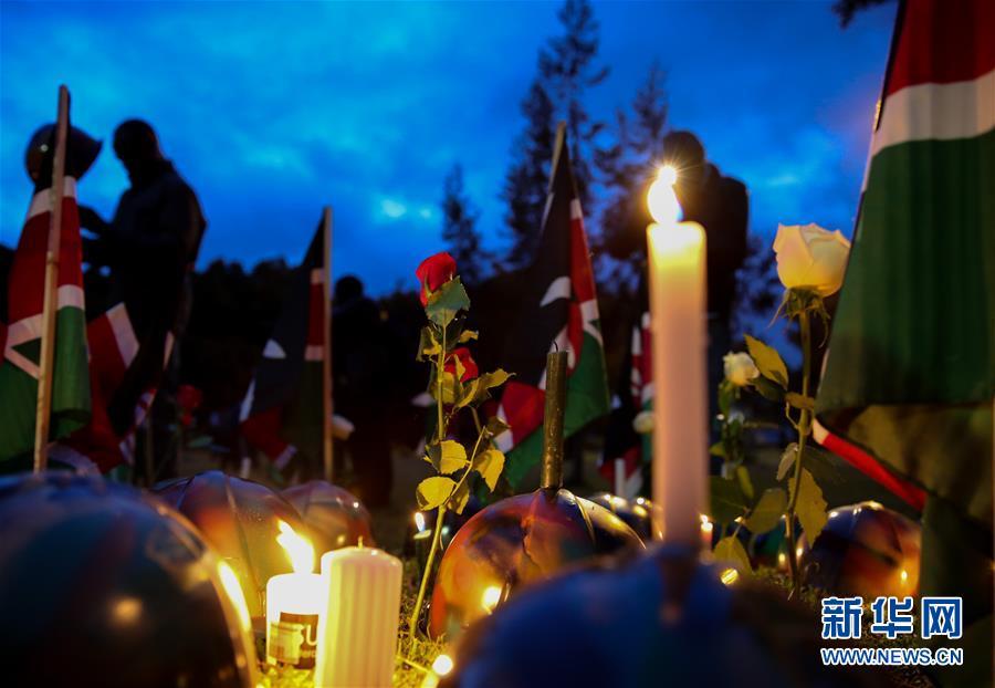 活动上的鲜花和蜡烛.当日,肯尼亚首都内罗毕数百名民众来到乌胡