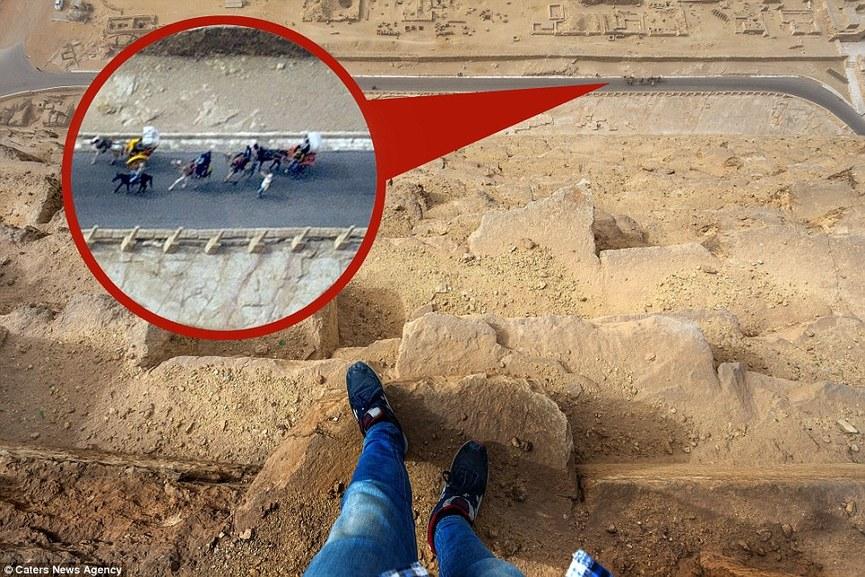 图片中可看到骑马的游客.(图片来源:《每日邮报》)-旅游拍照玩图片