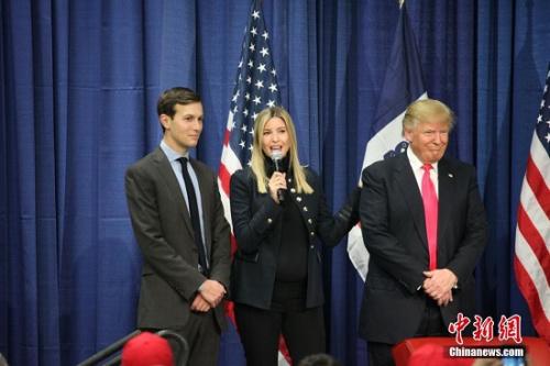 当地时间1月31日,美国总统竞选人特朗普在美国大选首站艾奥瓦州康瑟尔布拉夫斯市一所中学校园举行拉票活动,他怀孕八个月的女儿伊凡卡(中)也来站台助选。<a target='_blank' href='http://www.chinanews.com/'><p  align=