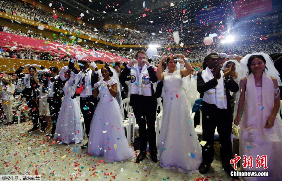 的新人参加韩国统一教举行的大型集体婚礼.-韩国举办盛大集体婚礼图片