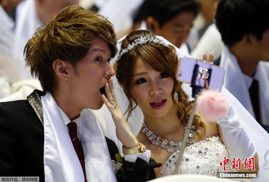 的新人参加韩国统一教举行的大型集体婚礼.图片