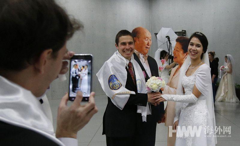 婚礼的筹办者为统一教创始人文鲜明的妻子Hak Ja Han Moon.图为图片