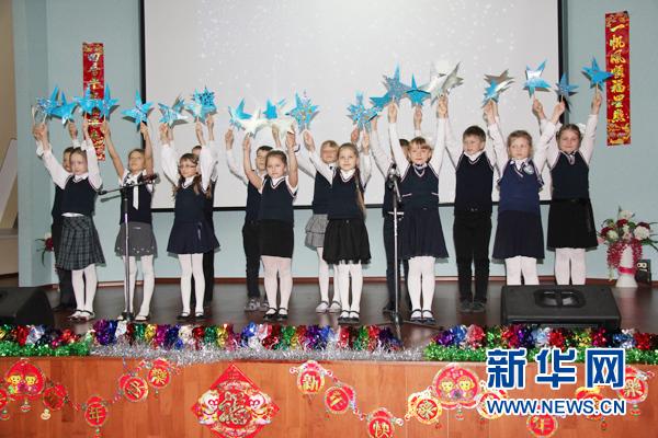 符拉迪沃斯托克市第六中学的学生们正表演精彩的节目. 新华网发-图片