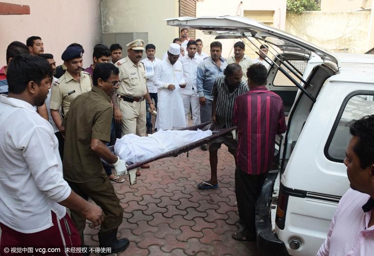 家庭 杜雷 聚会 屠杀 男子 印度孟买/当地时间2016年2月28日,印度孟买,家庭聚会屠杀案遇难者葬礼...