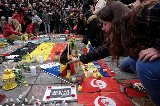 鲁塞尔,人们在悼念活动中摆放蜡烛.22日在比利时首都布鲁塞尔发