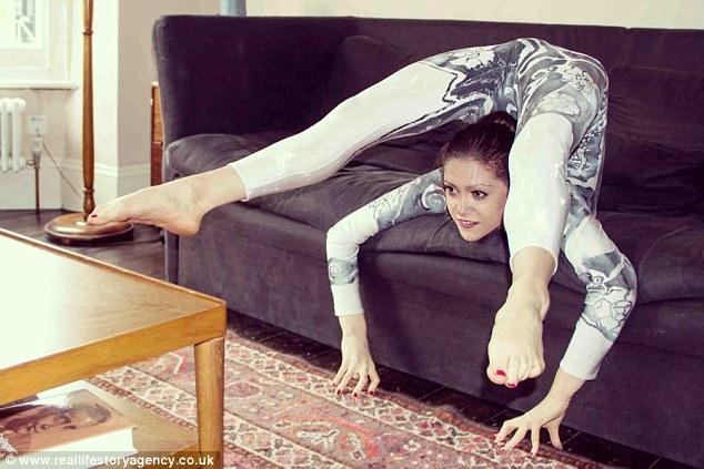 柔术演员折叠身体 被称英国最弯女人(组图)
