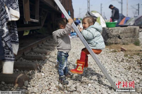 当地时间2016年3月29日,希腊伊多梅尼,滞留在希腊、马其顿边境的难民在一起聚会、玩耍。超过1.15万难民仍居住在当地的临时营地里。