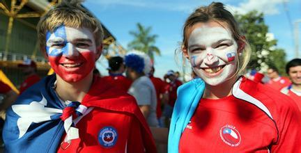 破纪录!智利挑战一场球赛两千多人踢