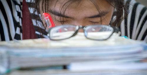 高度近视图片_英媒:学习压力致1/3中国儿童近视 比例仍在增加-新华网