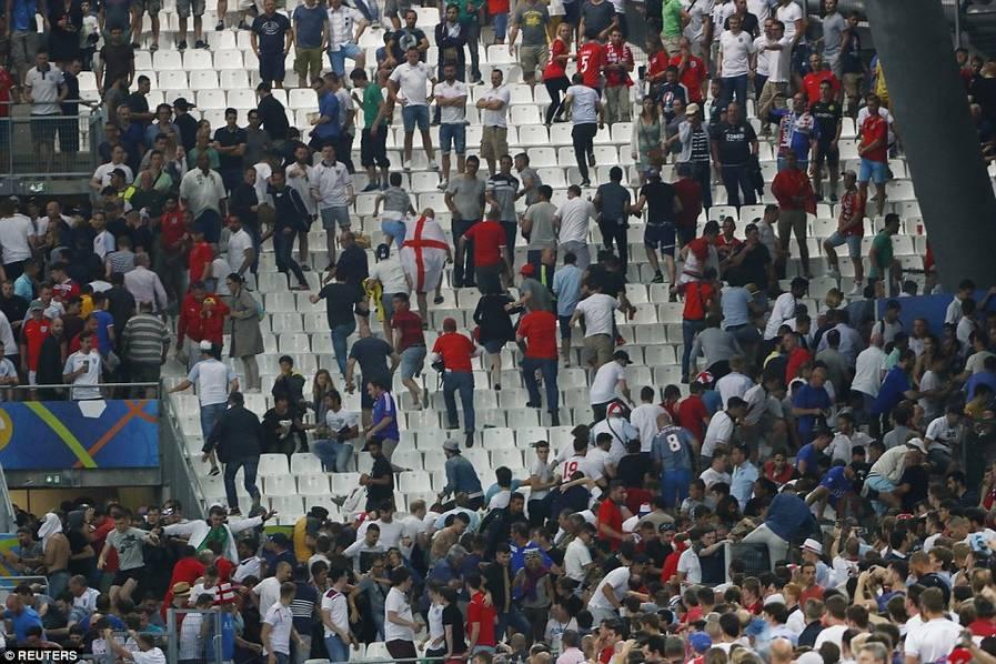 欧洲杯球场大暴乱:俄球迷看台追打英球迷(组图)