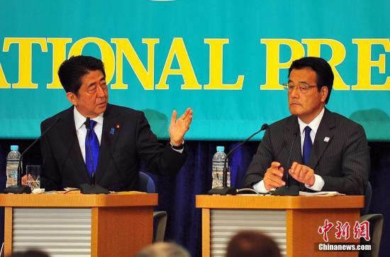 日本首相安倍安倍与最大在野党民进党的党首冈田克也(图右),在辩论会上针锋相对。<a target='_blank' href='http://www.chinanews.com/'><p  align=
