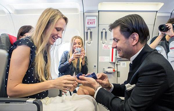 超浪漫!奥地利男子飞行途中向女友求婚办婚礼