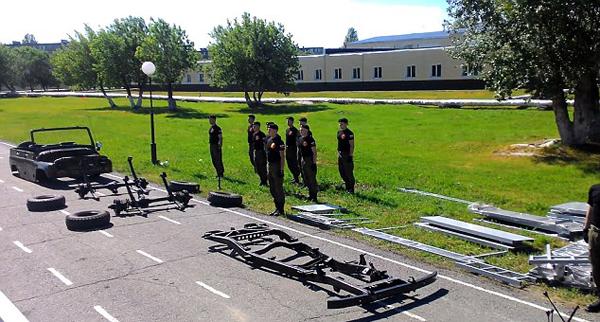 俄军校学员4分钟内拆卸并重组装甲车(图)