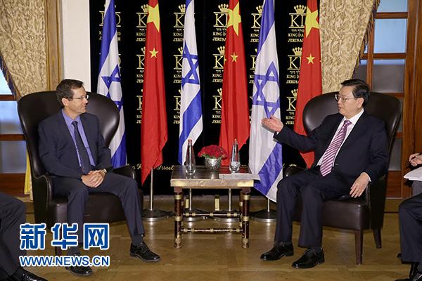 应以色列议长埃德尔斯坦邀请,全国人大常委会委员长张德江9月19日至22日对以色列进行正式友好访问。这是9月20日,张德江在耶路撒冷会见以色列工党主席赫尔佐克。 新华社记者马占成摄