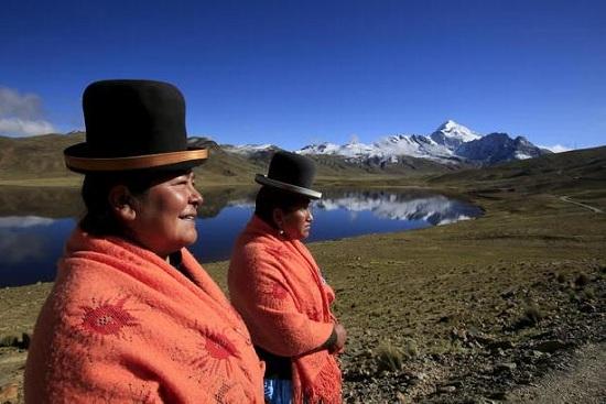 玻利维亚高山女背夫:花裙大妈成雪山靓丽风景(图)