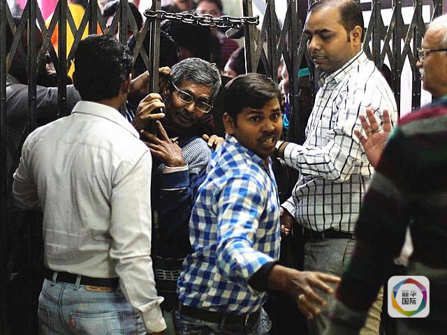 印度打黑换新钞 民众抢兑挤破头