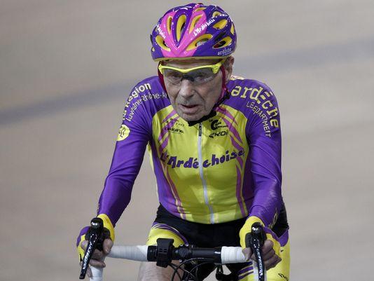 法国105岁自行车手再创世界纪录 1小时骑行22.547公里