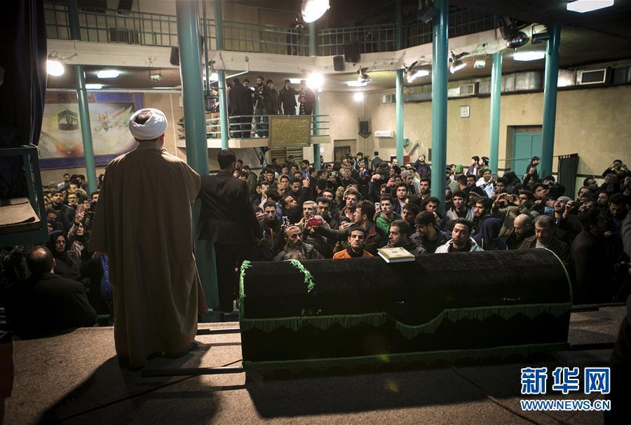 贾尼/1月8日,在伊朗德黑兰的贾马兰清真寺,人们在伊朗前总统拉夫桑...