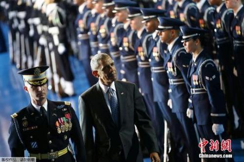 2017年1月4日,在美国首都华盛顿附近的迈尔·亨德森军事基地,奥巴马出席军方为他举行的欢送仪式。
