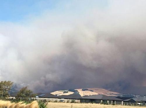 新西兰基督城发生重大山火 一架灭火直升机坠毁