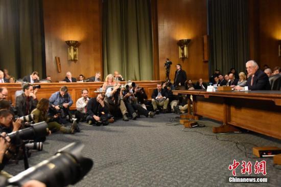 当地时间1月11日,美国候任国务卿雷克斯·蒂勒森出席美国会参议院外交关系委员会举行的提名听证会,吸引众多媒体记者旁听、拍摄。<a target='_blank' href='http://www.chinanews.com/'><p align=