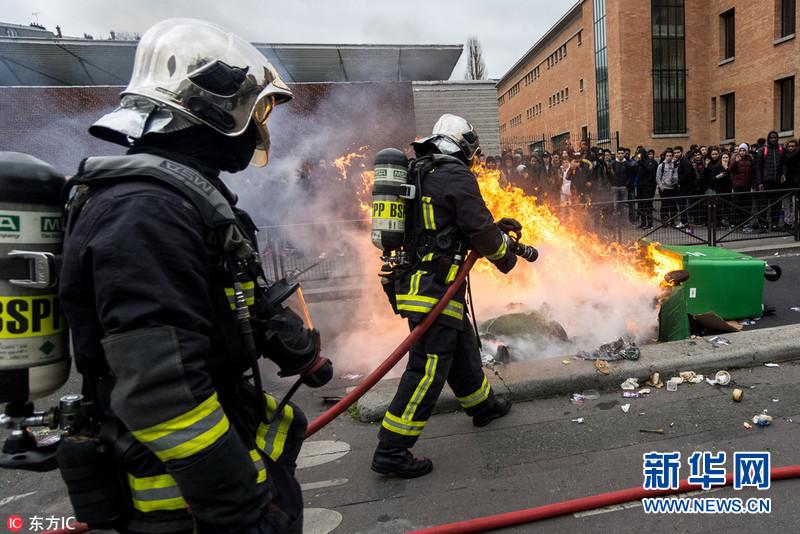 巴黎学生抗议警察暴力执法引发冲突 40人被拘