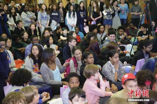"""资料图:当地时间2016年5月6日,来自美东地区10所中小学的200多名中小学生、教师、家长等来到中国驻纽约总领事馆,参加""""感知中国-美国中小学生走进总领馆""""活动。 <a target='_blank' href='http://www.chinanews.com/'><p  align="""