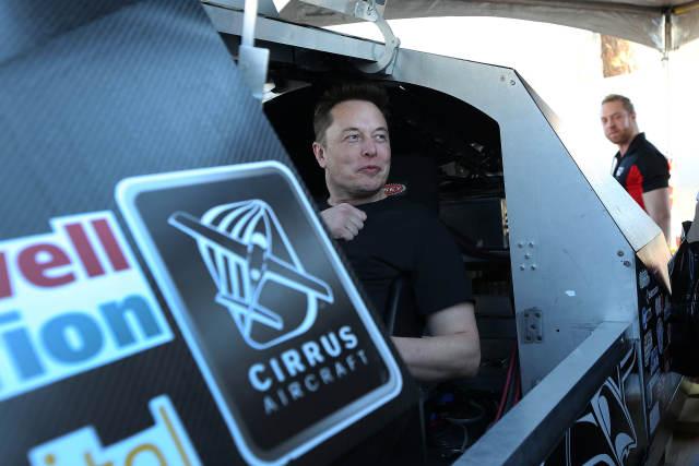 "SpaceX计划明年送两名自费游客享受""环月之旅"""