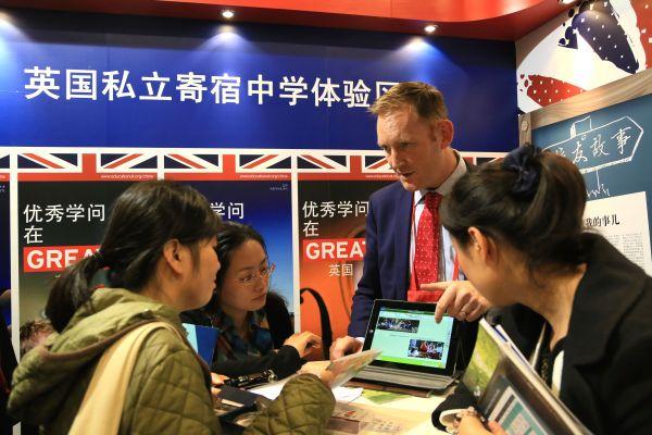 """美媒看中国留学生""""海归潮"""":更好找工作还能落户北京"""