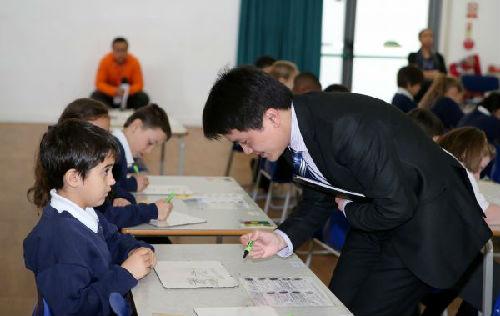 英媒称英国学生史无前例使用中国数学教材:一字一句翻译