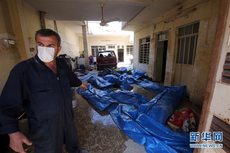 伊军方说从摩苏尔一被炸建筑内挖出61具遗体