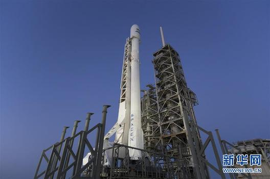 """新华社快讯:美国太空探索技术公司30日在太空史上首次利用回收的""""二手""""火箭发射卫星。"""