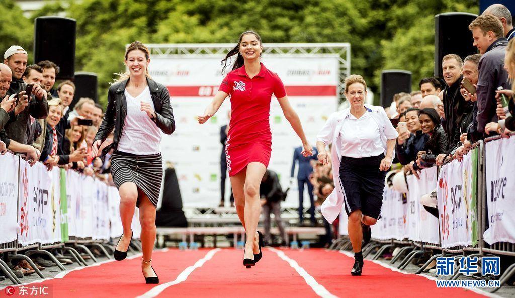 荷兰举办正装高跟鞋赛跑 女选手踩9厘米高跟鞋狂奔(组图)