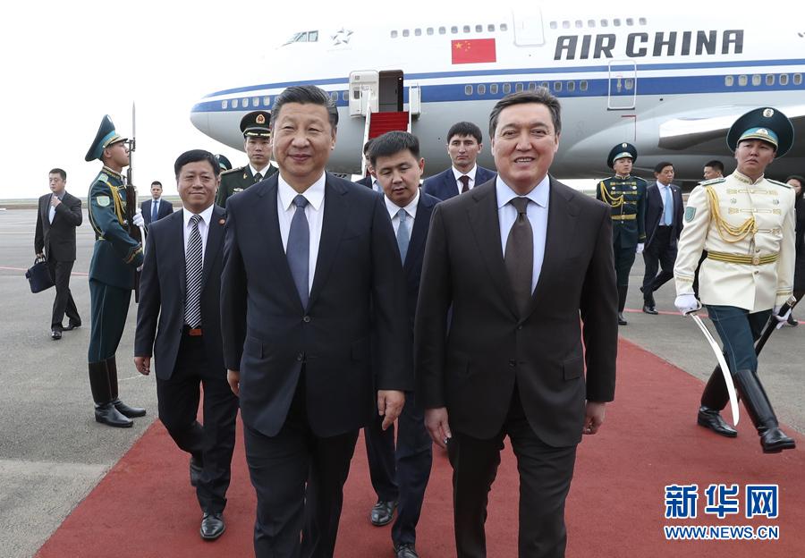 6月7日,国家主席习近平乘专机抵达哈萨克斯坦共和国首都阿斯塔纳,开始对哈萨克斯坦共和国进行国事访问并出席上海合作组织成员国元首理事会第十七次会议和阿斯塔纳专项世博会开幕式。习近平在机场受到哈萨克斯坦第一副总理马明等热情迎接。新华社记者 庞兴雷 摄