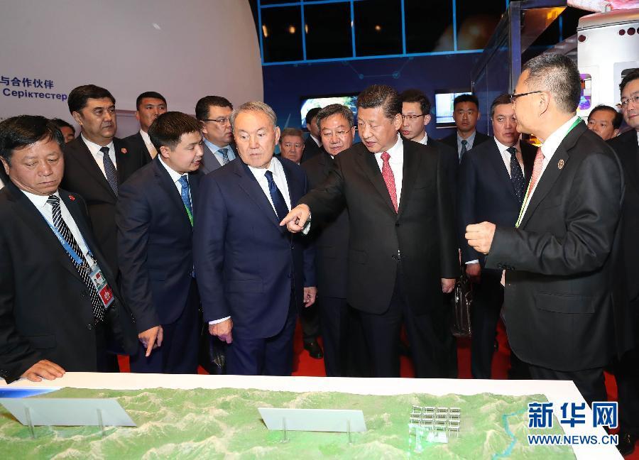 6月8日,正在哈萨克斯坦访问的国家主席习近平在哈萨克斯坦总统纳扎尔巴耶夫陪同下,参观阿斯塔纳专项世博会中国国家馆,并共同出席中哈亚欧跨境运输视频连线仪式。这是两国元首在中国国家馆全球使命与伙伴展区参观。新华社记者 马占成 摄