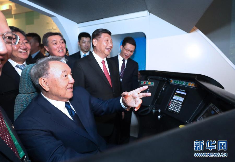 """6月8日,正在哈萨克斯坦访问的国家主席习近平在哈萨克斯坦总统纳扎尔巴耶夫陪同下,参观阿斯塔纳专项世博会中国国家馆,并共同出席中哈亚欧跨境运输视频连线仪式。这是在中国国家馆""""智慧能源的一天""""展区,习近平邀请纳扎尔巴耶夫体验高铁模拟驾驶。新华社记者 马占成 摄"""