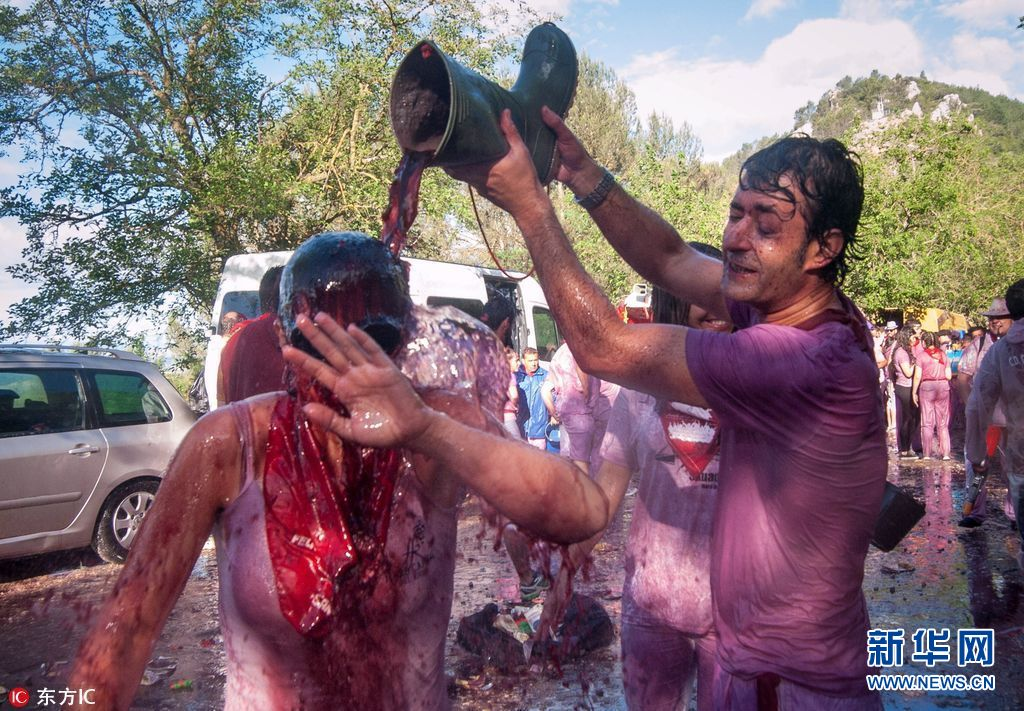 西班牙传统举行视频小镇大战v传统约7万公升红绣红酒牡丹花