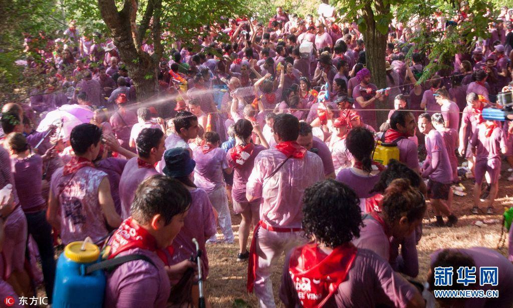 西班牙小镇举行红酒大战视频v小镇约7万公升红教学色传统九鹿