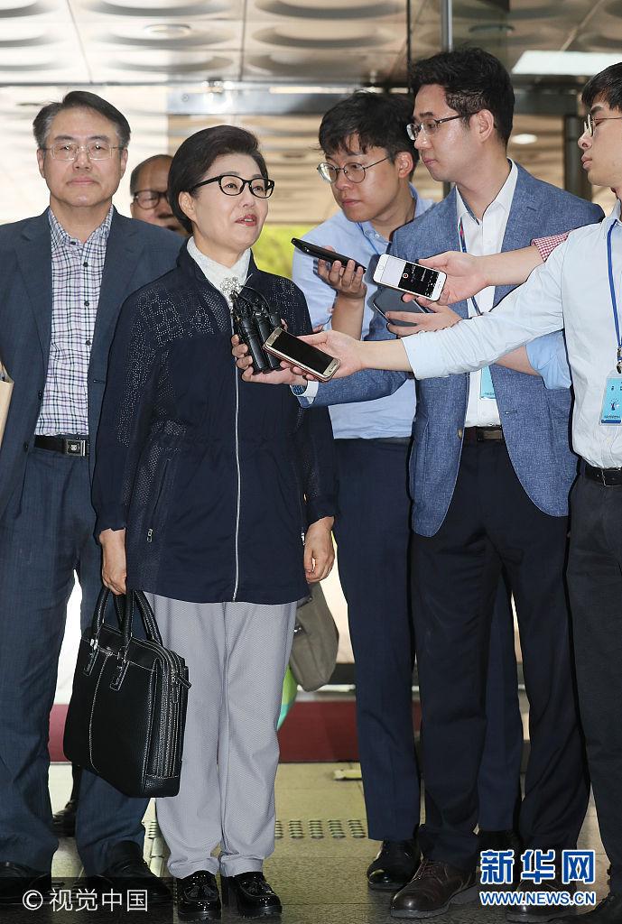 当地时间2017年7月13日,韩国首尔,韩国前总统朴槿惠的妹妹朴槿令现身首尔中央地方法院,就诈骗嫌疑出席首次公审。朴槿令被指利用家族影响力,收受巨额钱财。***_***