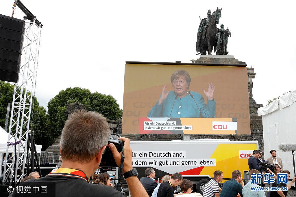 当地时间2017年8月16日,德国科布伦茨莱茵,德国总理默克尔举行竞选集会,为即将来临的大选造势。***_***KOBLENZ AM RHEIN, GERMANY - AUGUST 16:  A photographers takes pictures of a video wall showing German Chancellor and head of the German Christian Democrats (CDU) Angela Merkel speaking on stage at an election rally at the headland known as the 'Deutsches Eck' ('German Corner'), where the Mosel and Rhine rivers meet, on August 16, 2017 in Koblenz, Germany. Germany is scheduled to hold federal elections on September 24 and Merkel, who is running for a fourth term as chancellor, currently holds a double-digit lead over Martin Schulz from the German Social Democrats (SPD), her main opponent.  (Photo by Andreas Rentz/Getty Images)